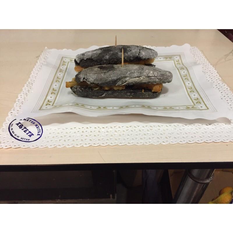 MINI bocata CON PAN DE TXIPIRON calamares frito con cebolla confitada en pan de txipiron